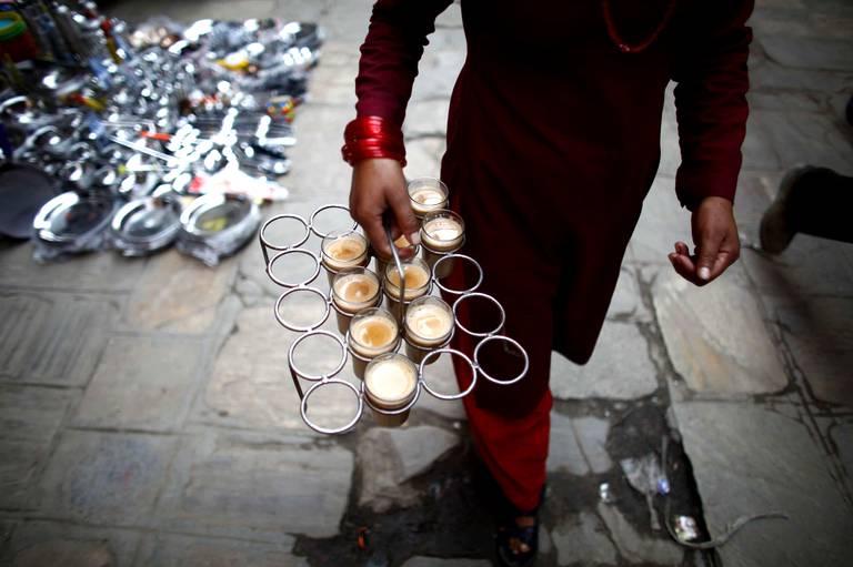 vendeuse de thé dans les rues de Katmandou au Népal.jpg