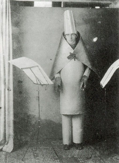 Hugo Ball en costume cubiste au Cabaret Voltaire..jpg