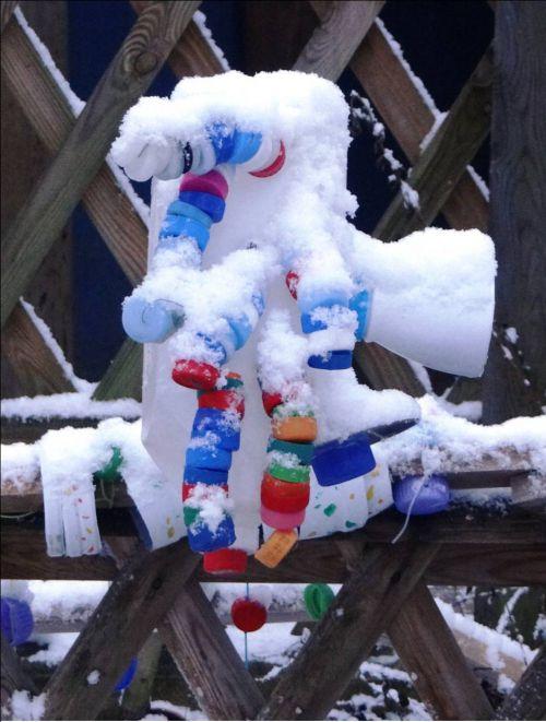 Premières neiges dans la cour des Cèdres en 2015 - Le bonhomme du périscolaire enneigé