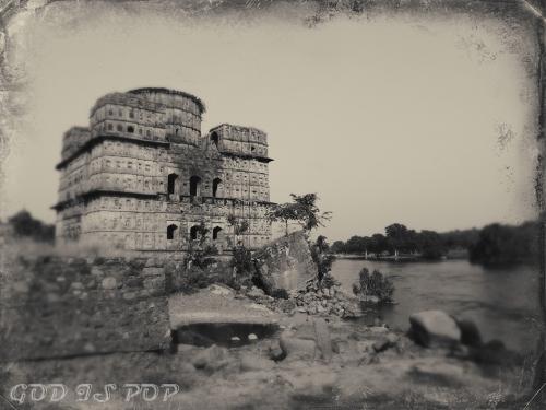 Small IMG_3008 Ruines en bord de rivière.jpg