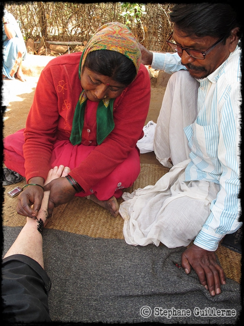 Small IMG_4630 Shanti dessine et Chamar regarde.jpg