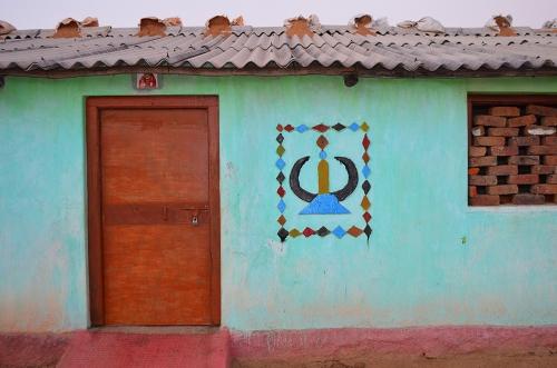 Small DSC_1149 Symbole Baradeo peint sur maison Gond.jpg
