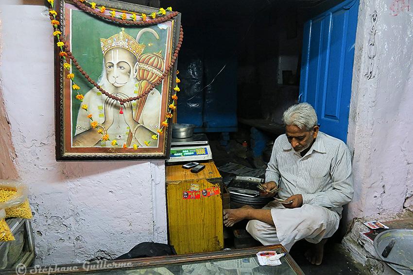 IMG_0387 Boutiquier et Hanuman Udaipur Small.jpg