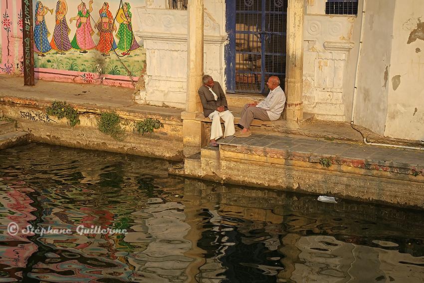IMG_0540 Discussion au bord de l'eau Udaipur.jpg