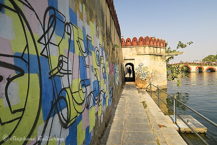 IMG_0362 Graffiti au bord du lac Udaipur Small.jpg