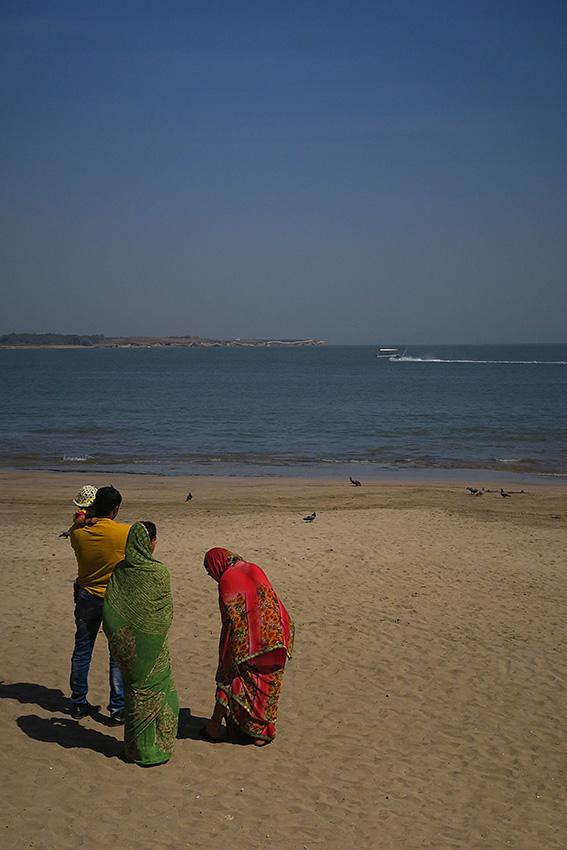 IMG_1191 Famille indienne Nagoa beach Diu Small.jpg