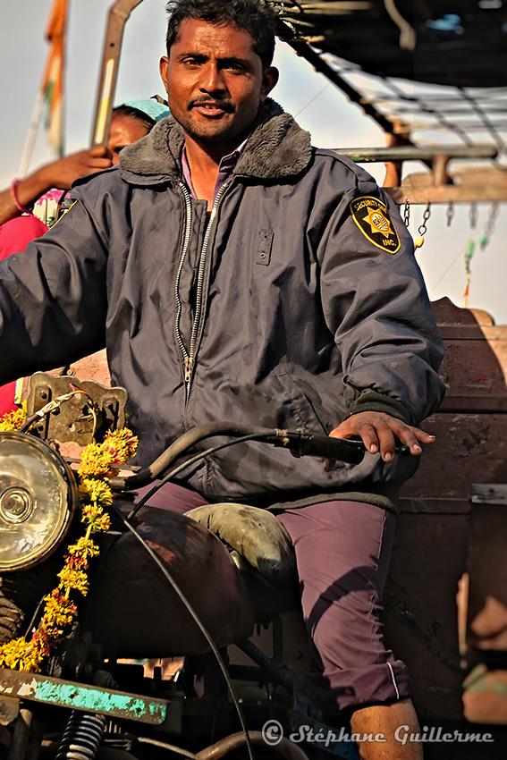 IMG_1357 Koli boy livreur moto Vanakbara Small.jpg