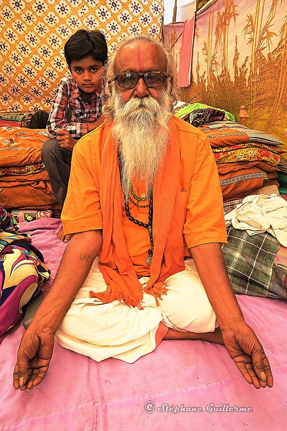 IMG_2085 Guruji et son petit-fils Junagadh Small.jpg