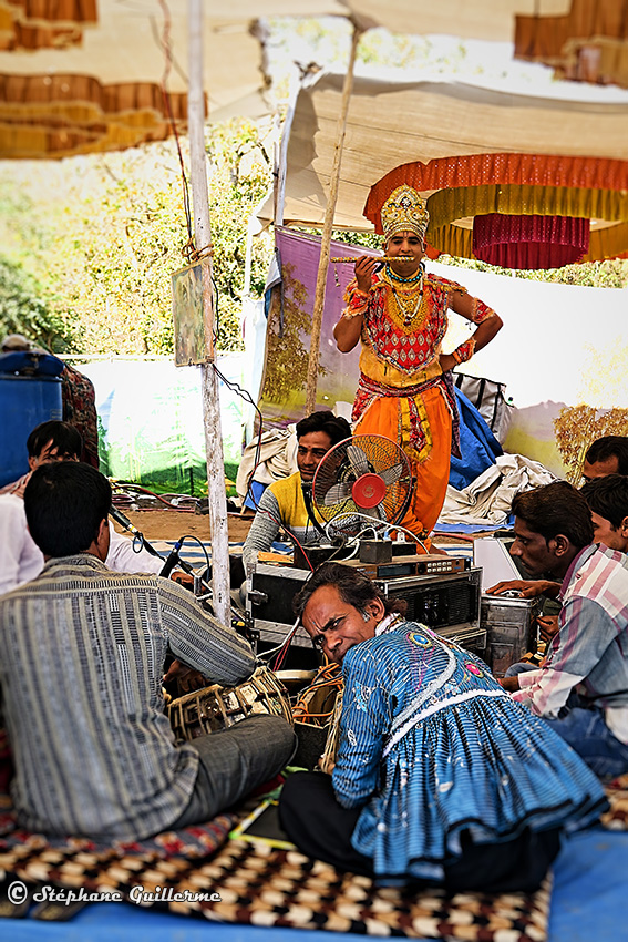 IMG_2047 Troupe chants religieux Krishna Junagadh Small.jpg