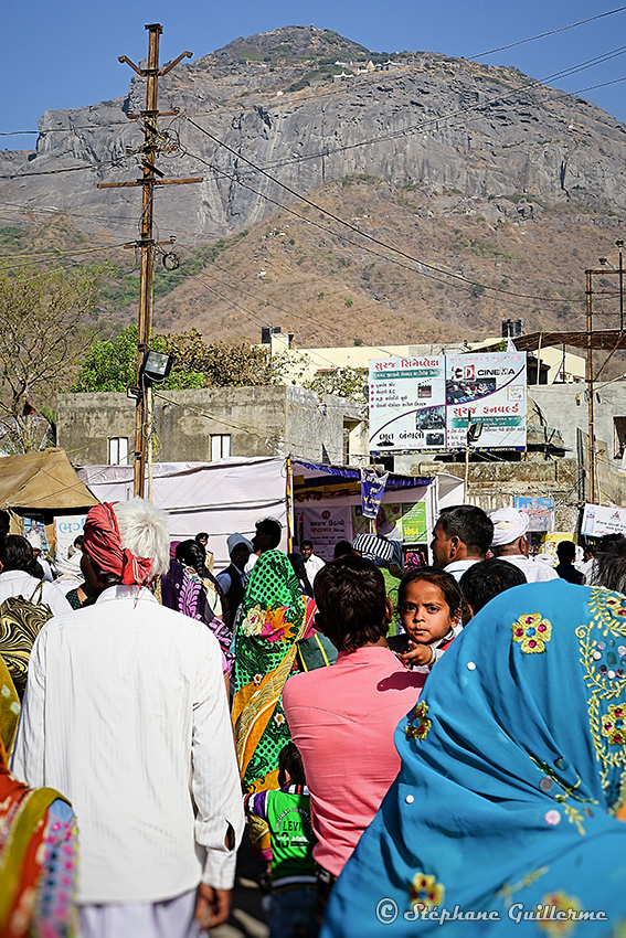 IMG_2232 Pèlerins et Mont Girnar Junagadh Small.jpg