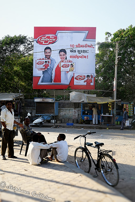 IMG_3758 Hoarding Lifebuoy soap Ajay Devgan et Kajol Porbandar Small.jpg