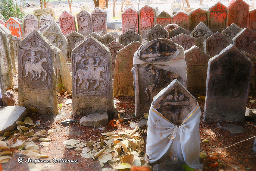 IMG_3418 Stèles Maher at mandir Lirbai Ji Modhwada Small.jpg