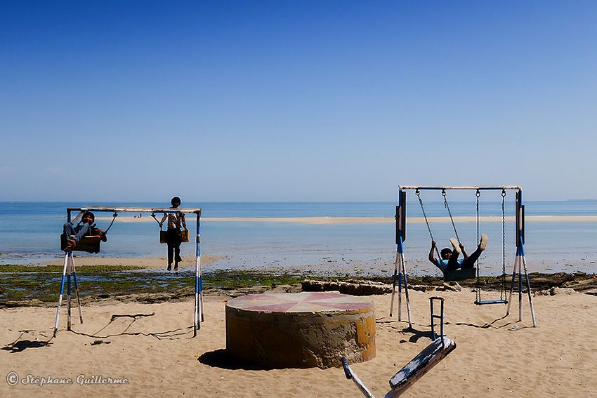 IMG_4209 Enfants balancoire bord de mer Okha Small.jpg