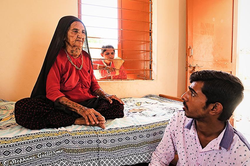 IMG_5237 Mamie Ahir tatoueuse Vers Bhuj Small.jpg