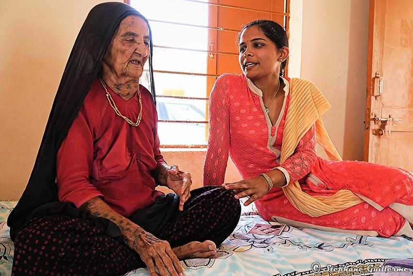 IMG_5242 Mamie Ahir tatoueuse Vers Bhuj Small.jpg