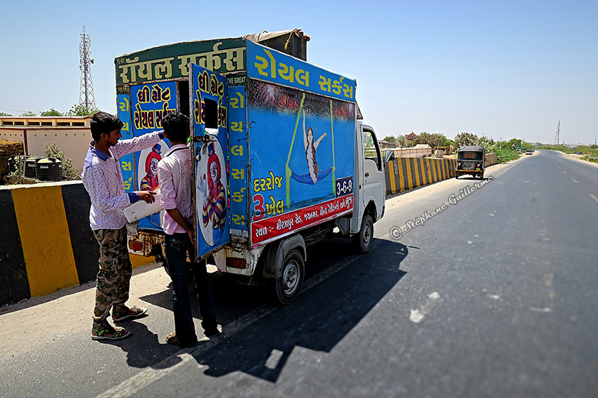 IMG_5267 Camion collage affiche cirque Vers Bhuj Small.jpg