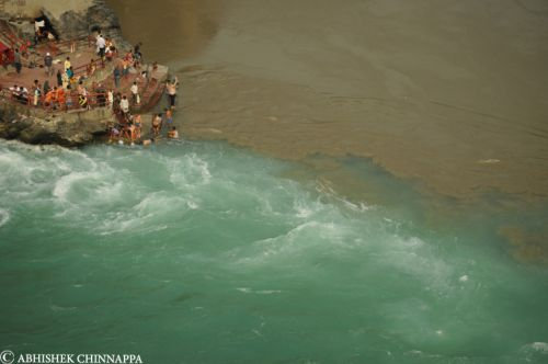 People bathes at the confluence of the Baghirathi and the Alaknanda rivers during the Kumbh mela - Deoprayag