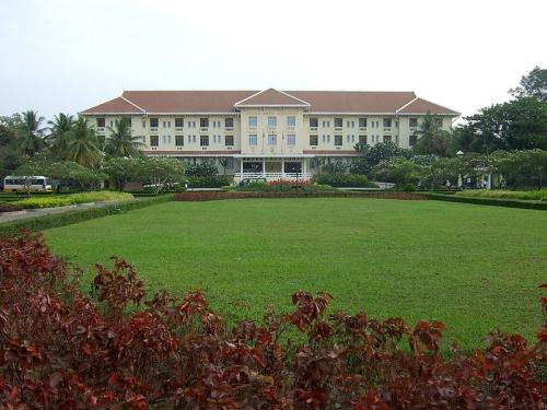800px-Grand_Hotel_dAngkor_SiemReap.jpg