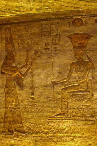 néfertari offr des fleurs à Anouket.jpg