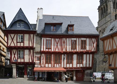 1024px-Maisons_colombages_place_Henri_IV_Vannes.jpg