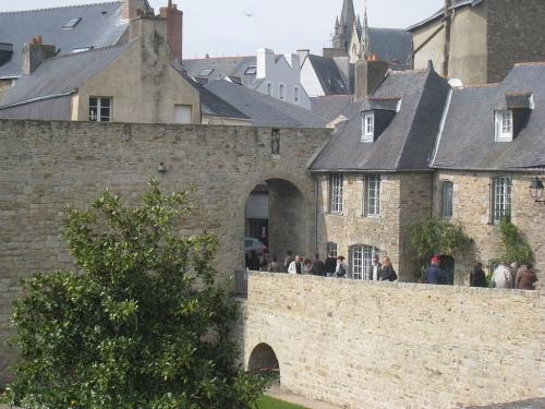 1024px-Porte_Poterne_(Vannes)_-_2010_-_by_G.Le_Mouel.JPG