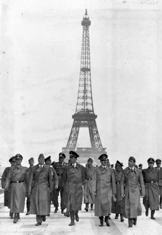 Bundesarchiv_Bild_183-H28708_Paris_Eiffelturm_Besuch_Adolf_Hitler.jpg