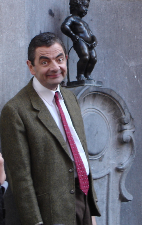 Rowan_Atkinson_and_Manneken_Pis.jpg