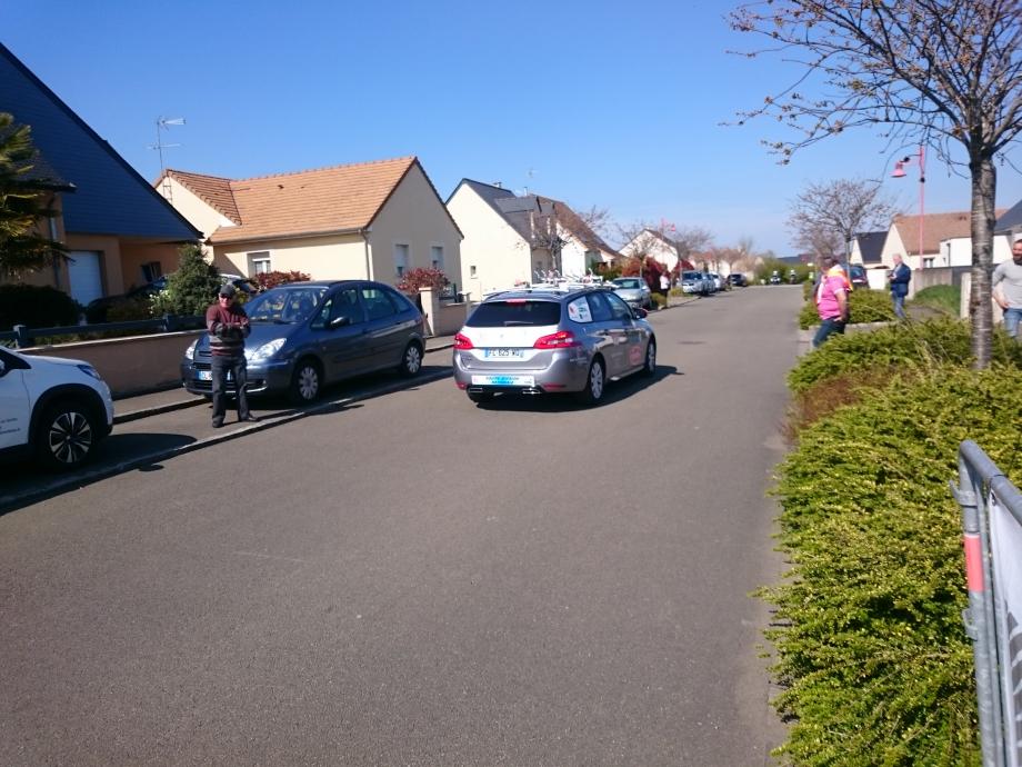 La voiture ouvreuse, les 2 motards sont devant