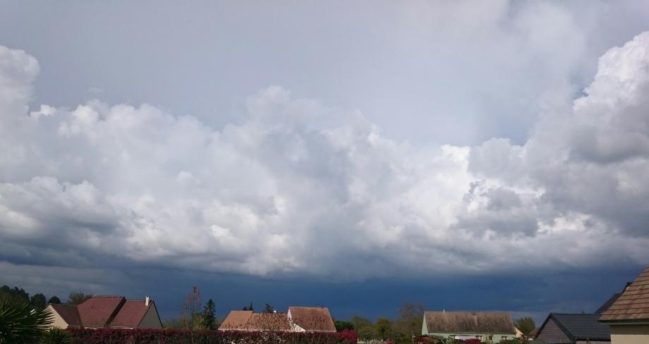 Il était temps de rentrer, l'orage arrive et cogne déjà sur Allonnes !