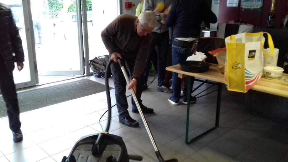 Nettoyage par la maitresse de maison après les festivités