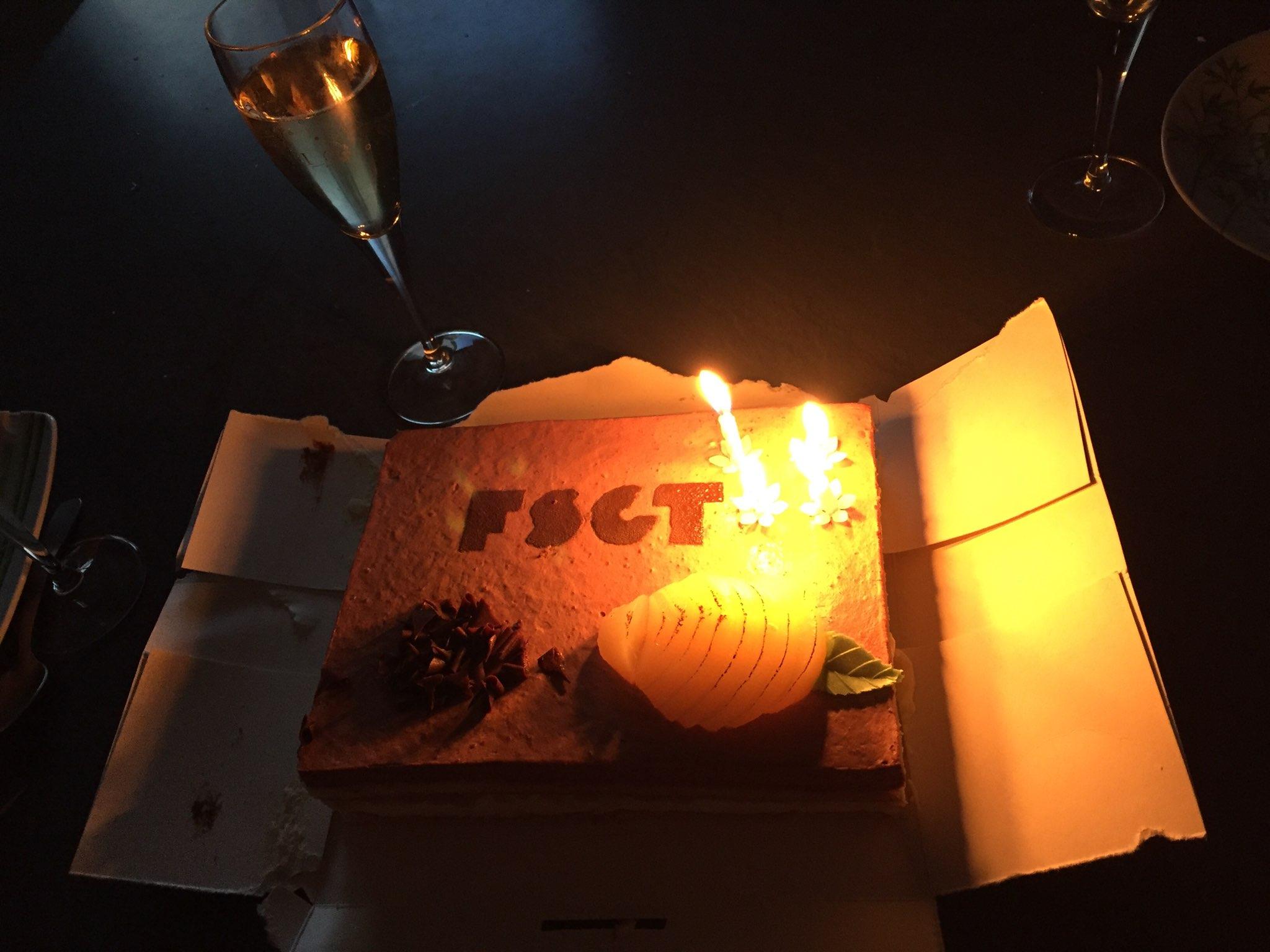 Plus tard dans la soirée, Titi savoure un gâteau bien spécial pour son anniversaire***