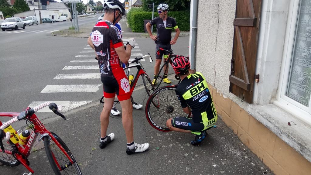 Marco à la roue Arnaud au cadre Titi à la chambre Séb en photographe Et Anthony au chambrage ***