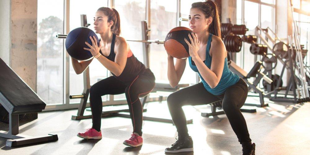 filles-exercices-squat-ballons-min.jpg