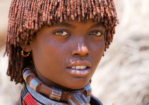 Une fille éthiopienne de la tribu Hamer