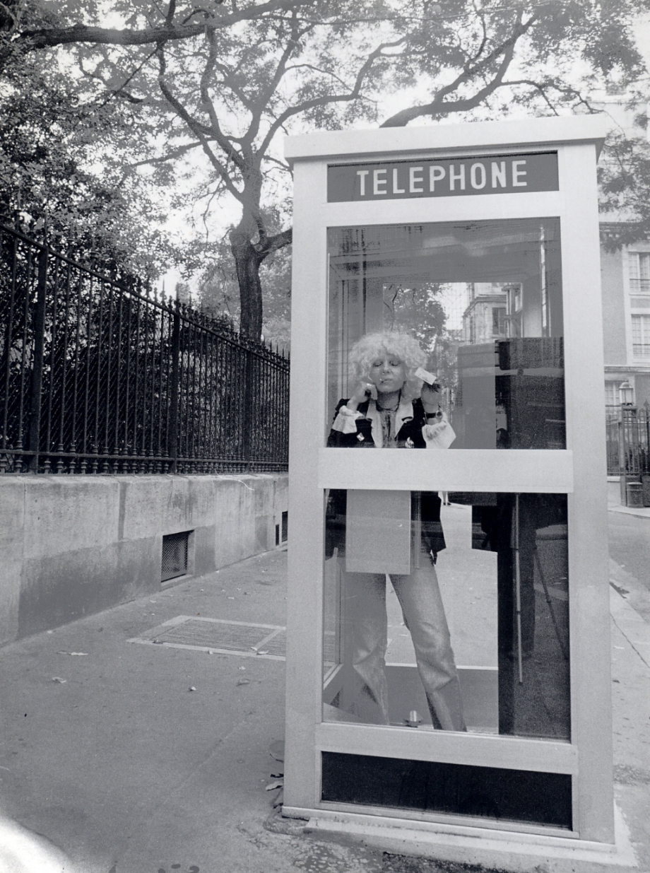 Linda Keel dans la cabine téléphonik.jpg