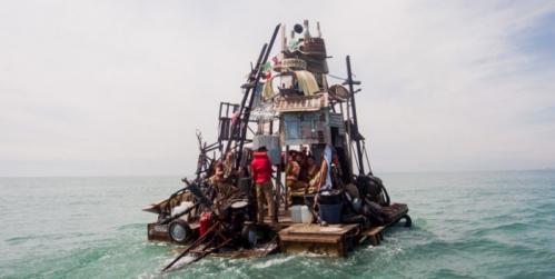 des-artistes-ont-construit-des-radeaux-faits-de-dechets-pour-vivre-et-naviguer-sur-les-mers-deurope1-700x352.jpg