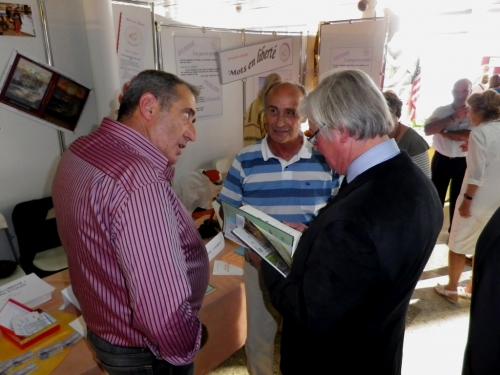 Remise du recueil au député-maire Didier Quentin 2.JPG
