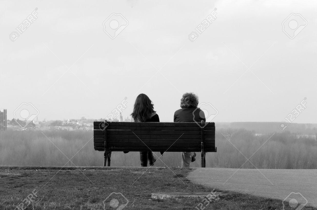 19198855-Deux-personnes-assises-sur-un-banc-en-noir-et-blanc-Banque-d'images.jpg