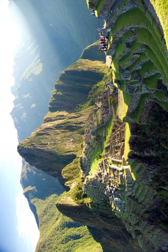 Perou - Machu Picchu - Ci-dessous la même photo je l'ai faite pivoter volontairement... que remarquez-vous... On dirait le profil d'une tête humaine.jpg