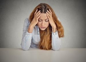 35166348-desperate-jeune-femme-d-affaires-en-se-appuyant-sur-un-bureau-isolé-gris-bureau-de-paroi-arrière-plan