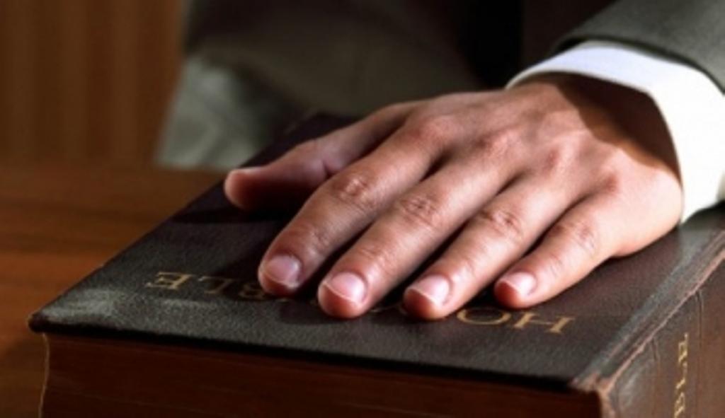 Juramento-de-Juez-ante-la-Biblia
