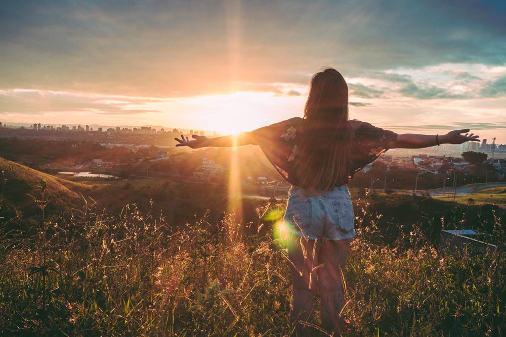 rayonner-girl-plenitude-montagne