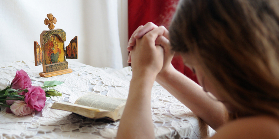 web3-young-girl-praying-at-home-france-ciric_206856