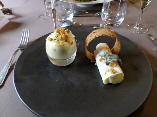 Le royal de foie gras de canard, crème de céleri et petits croûtons, écrasé de pommes de terre fumées aux amandes