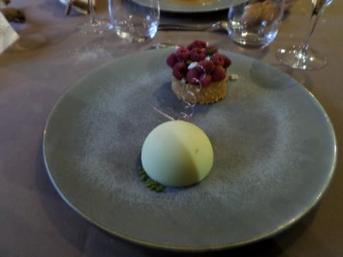 Le crumble de dragées aux framboises fraiches de Mr Pineau, crème légère à la pistache sous coque de chocolat blanc