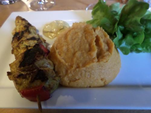 Brochette de poulet au curry et purée de patates douces