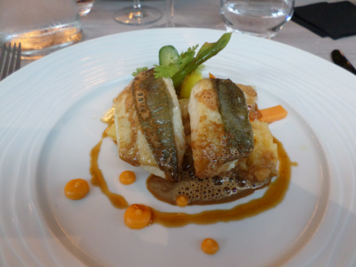 Filet de Saint Pierre, mini-légumes, écrasé de pommes de terre, jus de carcasse émulsionné