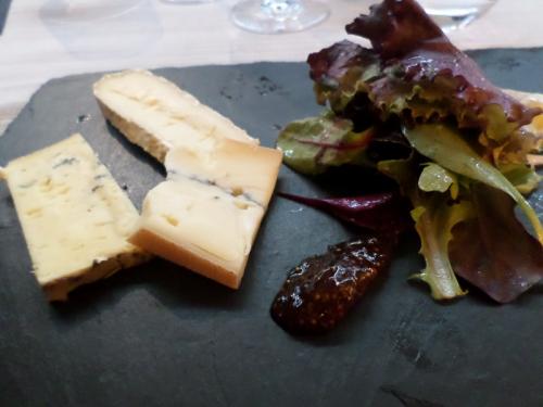 Assiette de fromages de la maison Bocahut, mesclun de salade à l'huile de noix
