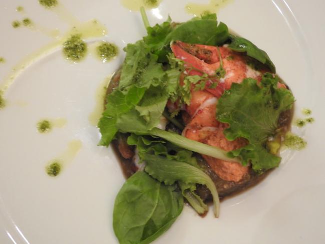 La salade de homard, caviar d'aubergine et son royal de tomates