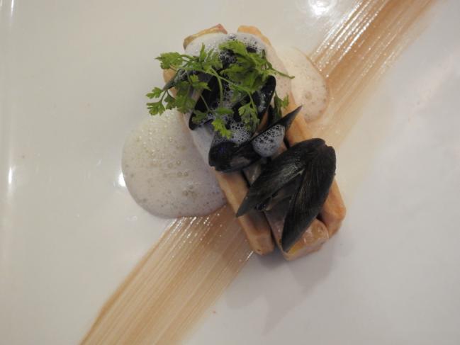 Pressé de ris de veau et foie gras au Coteau de l'Aubance, écume aux coquillages